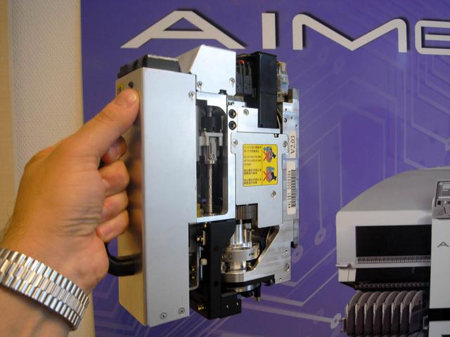 Ez a Fuji nagy szabadalma: más gépekben rögzített a fej, a Fujikban kivehető, gyorsan cserélhető, mint a nyomtatóban a patron