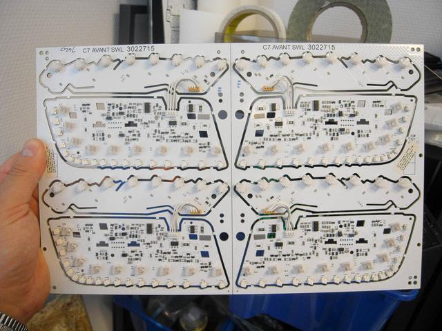 Négy Audi-lámpa egy panelen. A ledeket is Fuji-gép ülteti be