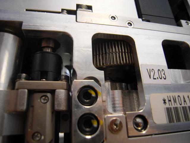 A precíziós működés érdekében rugóval két irányba feszített holtjátékmentesítő fogaskerék