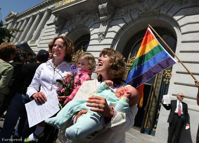 Kate Sheppard és partnere Kory O'Rourke közös gyerekeikkel, miután átvették házassági papírjaikat Kaliforniában