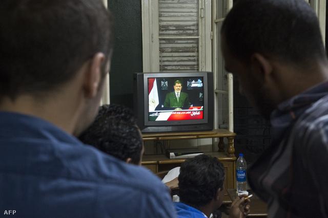 Az egyiptomi elnök szerdára virradó éjjel drámai hangú televíziós beszédben utasította el az ellenzék által követelt lemondását. Mohamed Murszi visszautasította a hadsereg ultimátumát is. A fegyveres erők főparancsnoksága viszont megerősítette, hogy kitart a beavatkozást kilátásba helyező fenyegetése mellett.