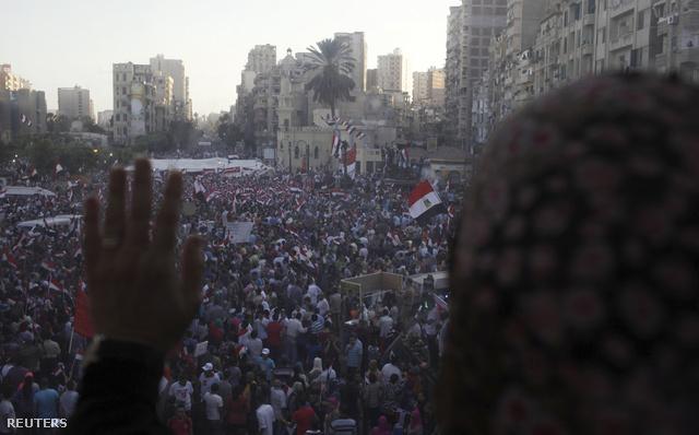 Milliós tömeg gyűlt össze a fővárosban június végén, Murszi elnök lemondását követelve. A hadsereg két napos ultimátumot adott az elnöknek a távozásra, mely szerda délután jár le.
