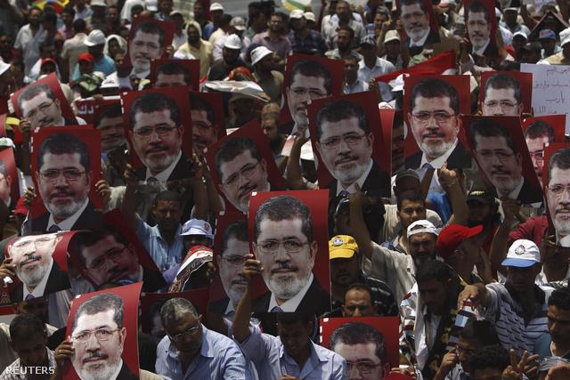 Egy Murszi elnököt éltető menet is az utcára vonult szerdán