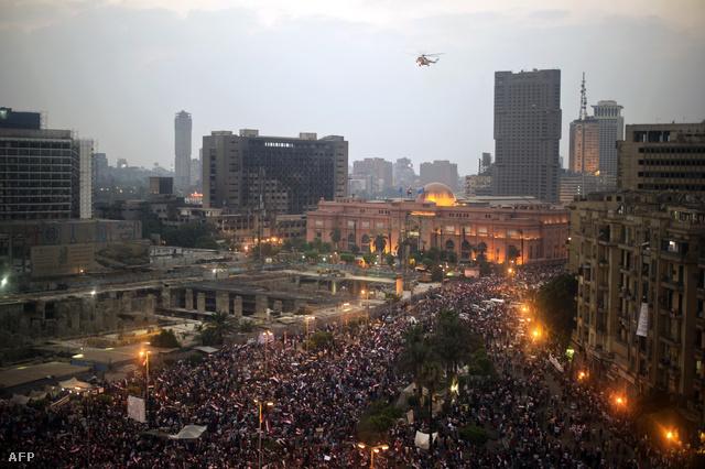 Katonai helikopter köröz a tömeg felett a Tahrír téren szerda este