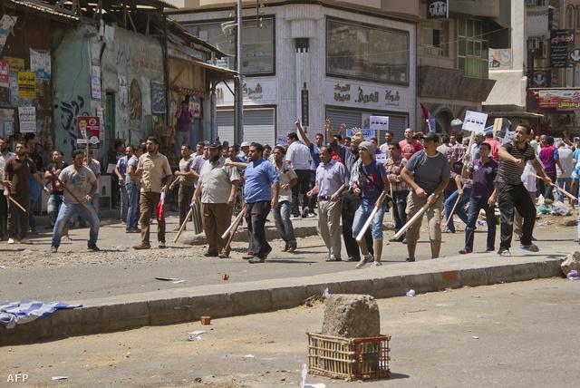 Mohamed Murszi elnök támogatói botokkal felszerelkezve várják a hadsereget szerda délután