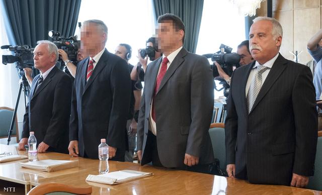 Galambos Lajos elsőrendű vádlott aki 2004 és 2007 között a Nemzetbiztonsági Hivatal főigazgatója volt (b) Szilvásy György másodrendű vádlott a volt Gyurcsány-kormány akkori titokminisztere (b2) P. László harmadrendű vádlott egy orosz hátterű biztonságtechnikai cég tulajdonosa (j2) és Laborc Sándor negyedrendű vádlott aki 2007 és 2009 között főigazgatója volt a Nemzetbiztonsági Hivatalnak (j)