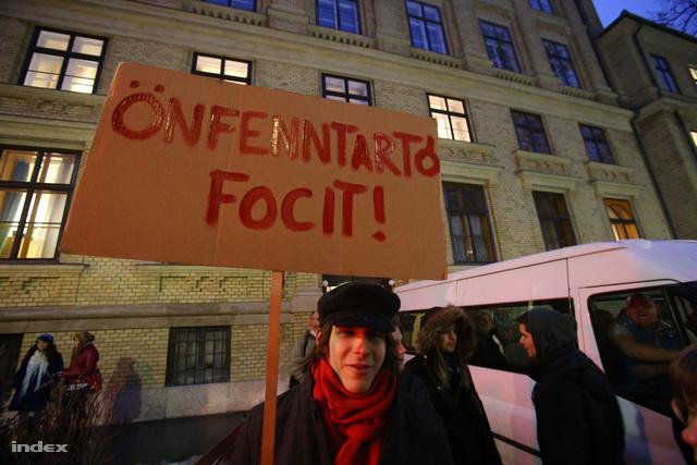 Transzparens egy februári diáktüntetésen