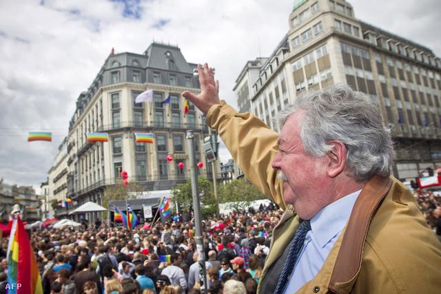 Freddy Thielemans Brüsszel polgármestere integet a résztvevőknek a 2012-es Belgium Pride-on