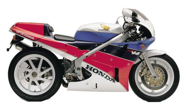 Az RC30, vagyis a Honda V4-es versenymotorja adta néhány megoldását az 1990-ben megjelent VFR750F-hez. Félkarú hátsókerék-felfüggesztését, és a jellegzetes felnit az utcai motoron is láthatjuk, de az R-en csak egy központi csavarral rögzítették
