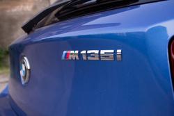 Átmutogatnak a másik autóból, amikor meglátják az M betűt