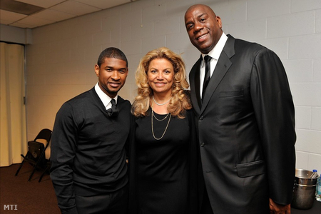 A kisebbik férfi Usher, a nagyobbik Magic Johnson, és közrefogják Suzanne de Passt, aki passz