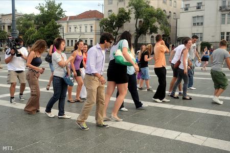 A budapesti Hősök terén néhányan moonwalkkal emlékeznek Michael Jacksonra egyidőben a búcsúztatóval