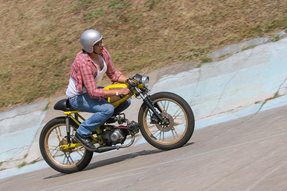 A Mavis Bikes készítette a szexi kis hibridet - motorja egyhengeres, négyütemű