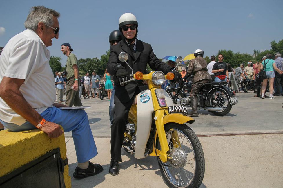 Paulovits Imre a Honda Cubon