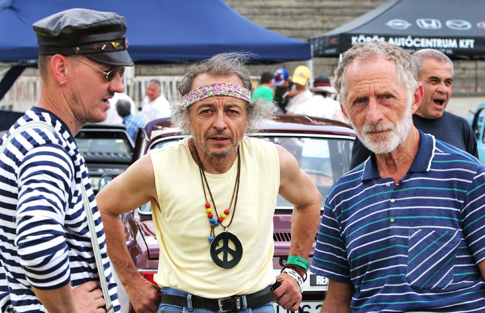 Ő akár lehetett fiatalon igazi hippi is. Jobbra Moldvai Tibor, a motoros legenda, szakíró, a Segédmotorok, kismotorkerékpárok könyv szerzője, ami sokunk számára a túlélés bibliája volt