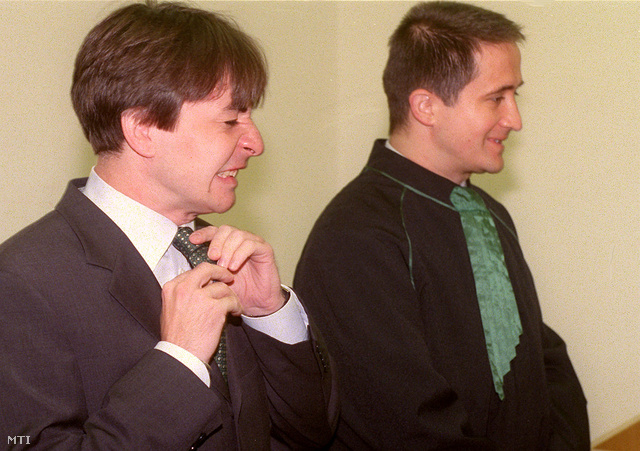 Jaczkovics László (jobbra) a Magyar Állam és társai kontra Magyar Úttörők Szövetsége polgári per tárgyalásán, 2001-ben.