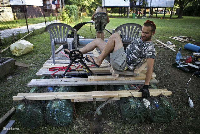 Koch Simon teszteli a hajócsavart hajtó bringapedált