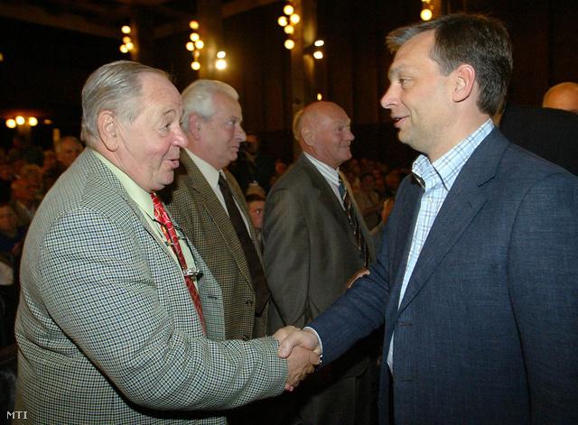 2004. október 2.                         Kárpáti György volt olimpiai bajnok  vízilabdázó és Orbán Viktor A sport legyen mindenkié című konferencián a volt MOM-székházban.