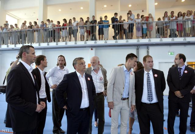 Orbán Viktor miniszterelnök (b4) Bánki Erik fideszes országgyűlési képviselő (b2) Balogh Gábor a miniszterelnök tanácsadója (j3) Vetési Iván a Kézilabda Szövetség elnöke (j2) a városi sportcsarnok avatásán Tamásiban 2013. június 18-án.