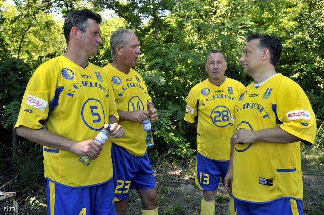 2009. június 14. Orbán Viktor a Puskás Ferenc Labdarúgó Akadémia (PFLA) alapítója  (j) beszélget csapattársaival Takács Mihállyal Nyilasi Tiborral és Müller Sándorral.