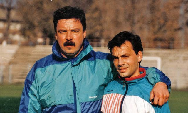 Jakab János az 1980-as évek végén az Erdért csatárával, Orbán Viktorral