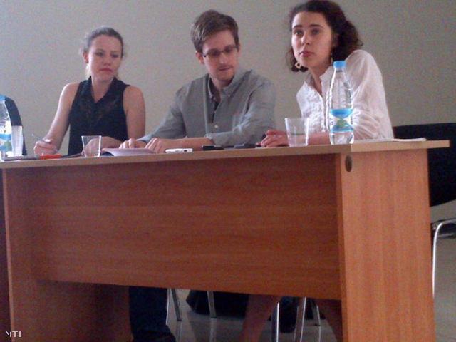 Edward Snowden (k) sajtótájékoztatón vesz részt a moszkvai Seremetyjevo repülőtéren 2013. július 12-én. Balról Sarah Harrison, a WikiLeaks munkatársa.