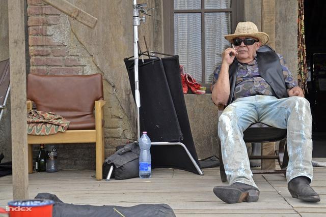 Török András színész autentikus westerncsizmában ejtőzik a díszlettornácon