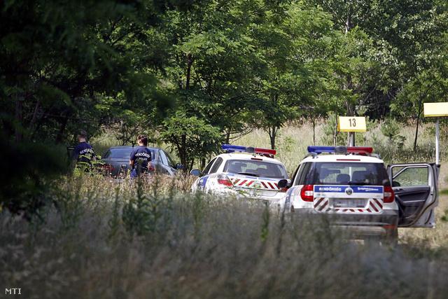 Rendőrök helyszínelnek a Fót és Csomád közötti erdőben ahol holtan találták 2013. július 13-án Olvasztó Imrét aki az 1979-ben forgatott Indul a bakterház című filmben gyermekszínészként alakította az egyik főszereplő, Bendegúz karakterét.