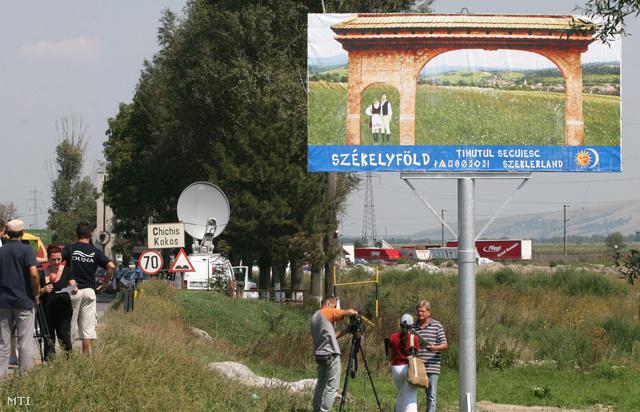 2007. augusztus 18.                         A Háromszéki Magyarok Világtalálkozója alkalmából felállított tábla Brassó és Kovászna megye határán.