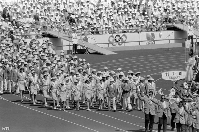 Szöul, 1988. szeptember 17. A magyar csapat vonul a XXIV. nyári olimpiai játékok megnyitóünnepségén.