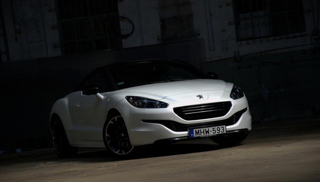 A Peugeot formanyelve látszik az orrán, éppen csak annyival laposabb és szélesebb, hogy semmi mással ne téveszthessék össze