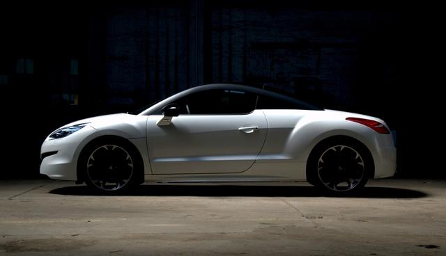...bármit tesz, ez akkor is egy középmotoros, hátsókerekes sportautónak néz ki. És így szép