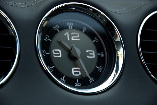 Nagyon szép az óra, de egy olajnyomás- vagy hőfokmérővel többet tehettek volna a sportautó-imidzs érdekében