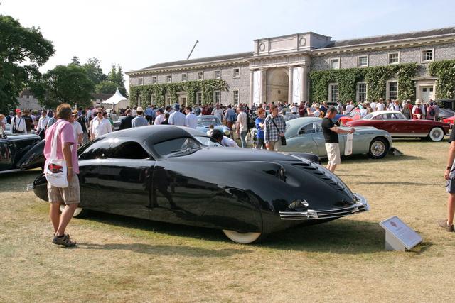 A nevadai Renóban levő amerikai nemzeti autómúzeumból hozták át a Cartier et Luxe kiállításra ezt a Phantom Corsairt. Olyan autó ez, aminek bemutatásakor, 1938-ban nem is lett volna szabad léteznie. Nincsenek fellépői, karosszériája teljesen áramvonalas, a lemezeinek anyaga nem csupán acél, de alumínium is. Ajtókilincsei nincsenek, ajtajait elektromotorok nyitják gombnyomásra, műszerfalán iránytű és magasságmérő is helyet kapott, ráadásul az első kerekei hajtják ezt a 2100 kilós, 190 lóerős, 185 km/h-ra képes Darth Vader-sisakot. Egyébként automataváltós, teljesen független kerékfelfüggesztéses, ráadásul hat méter hosszú és kettő széles, az első ülése pedig elméletben négyszemélyes. Alkotója, Rust Heinz kis szériában akarta gyártani, de terveinek kellemetlen akadályt jelentett, hogy a prototípus elkészülése után röviddel egy autóbalesetben meghalt