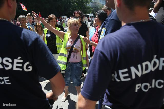 Devizahiteles tüntetők demonstrálnak Budapesten, június 25-én