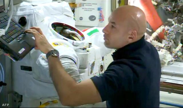 Luca Parmitano vizsgálja a szkafanderét a baleset után