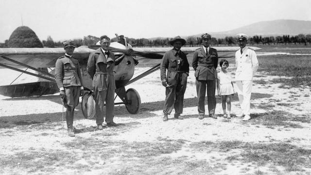 Az L2 Loretóban 1928. június 15-én. Kaszala Károly elmaradhatatlan cowboykalapjában, balra testvére, Kaszala István, jobbra a repülőtér parancsnoka, Della Martino (Fotó: Collection Burányi)