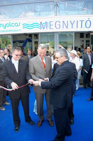Dietz Ferenc polgármester (balra), Schmitt Pál és Simon Péter (jobbra) a Vizesnyolcas megnyitóján