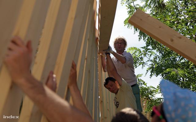 Zoboki Gábor a lécekből épülő folyosó irányítópuljában