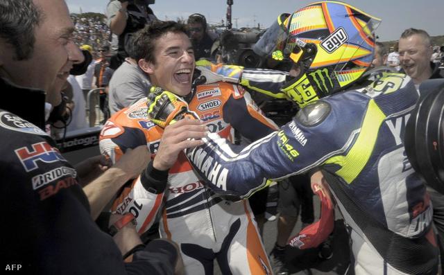 Rossi fojtogatja Marquezt - viccből