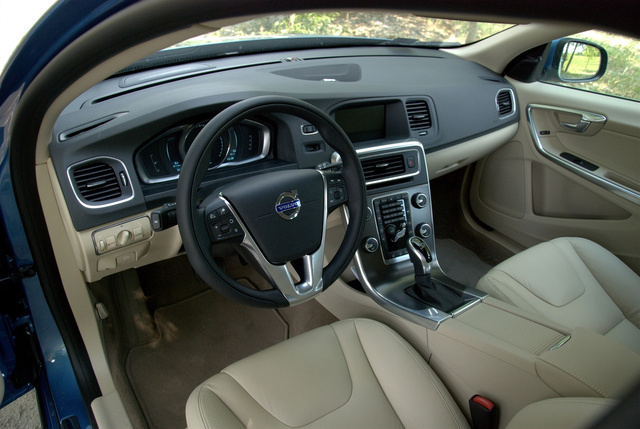 Otthonos belterek az autóiparban sorozatunk mai epizódja: a Volvo V60 világos bőrrel