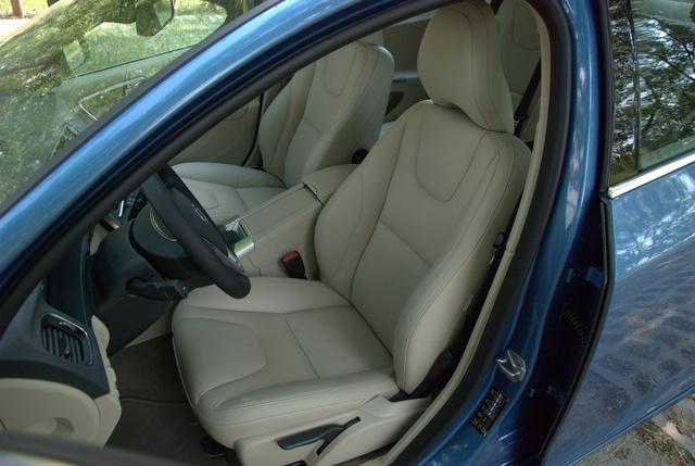 A használatnak hatványozottan kitett részeken végre vastagabb, kevésbé sérülékeny bőrt használ a Volvo, ami mindenképpen dícséretes. Az ülés maga pedig egyszerűen hibátlan.