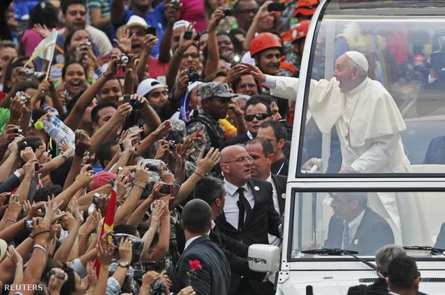Elődjével ellentétben oldalról nyitott autóval utazott, néhány helyen pedig teljesen nyitott pápamobilba ült át, és boldogan kezet fogott mindenkivel, aki felért hozzá.