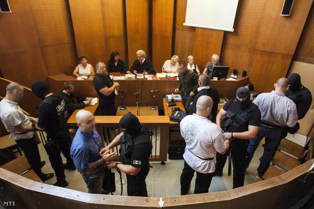 K. Árpád elsőrendű (b), K. István másodrendű (b3), P. Zsolt harmadrendű (j4) és Cs. István negyedrendű (j2) vádlott a romák elleni hat halálos áldozatot követelő, 2008-ban és 2009-ben elkövetett fegyveres és Molotov-koktélos támadásokkal vádolt négy férfi büntetőperének tárgyalására a Budapest Környéki Törvényszék tárgyalótermében