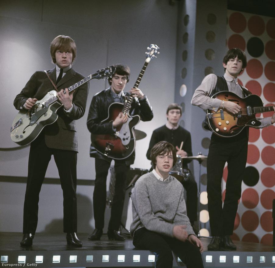 A Rolling Stones 1963-ban. Balról jobbra: Brian Jones gitáros, Bill Wyman basszusgitáros, Mick Jagger énekes, Charlie Watts dobos és Keith Richards énekes. A zenekar első hivatalos fellépése 1962. július 12-én volt a londoni Marquee klubban.