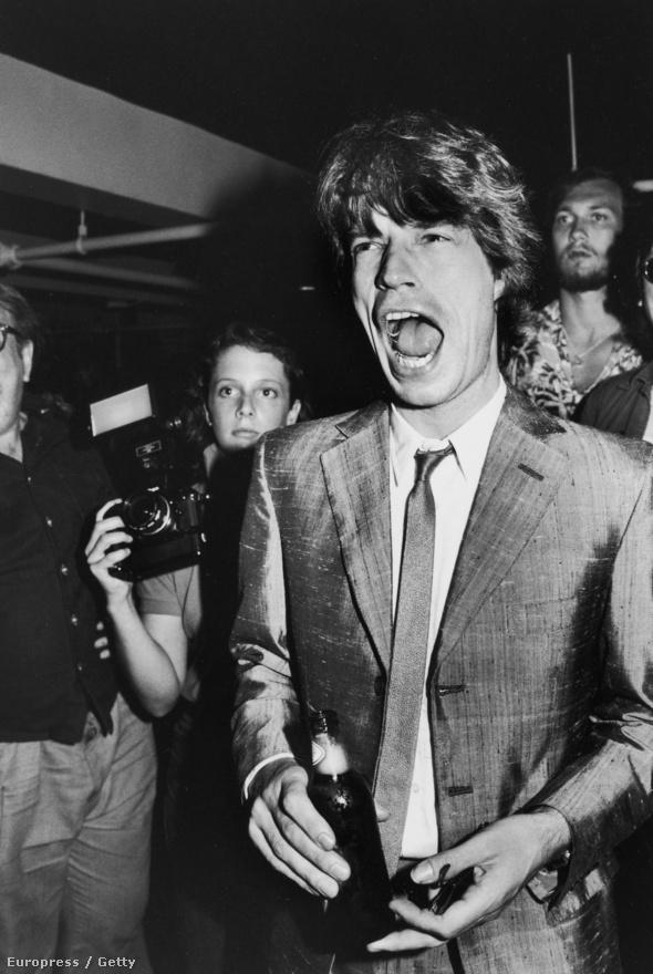 1983-ra Mick Jagger már átvette teljesen a vezetést a Rolling Stonesban, legalábbis Keith Richards szerint, akit inkább a drogok kötöttek le, meg az, hogy hogyan másszon ki belőlük. Richards szerint az énekes kifejezetten örült neki, hogy a gitáros állandó bódulata és beszámíthatatlansága miatt uralhatta a zenekart, és mindent úgy irányított, ahogy az neki tetszett.