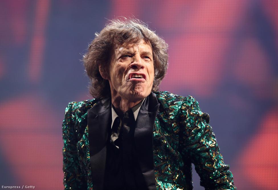 A már majdnem 70 éves Mick Jagger a Glastonbury fesztivál színpadán idén júniusban. Több év szünet után, a Rolling Stones megalakulásának ötvenedik évfordulóját ünnepelve tért vissza a zenekar 2012-ben. Azóta, ha nem is nagy tempóban, de folyamatosan koncerteznek.