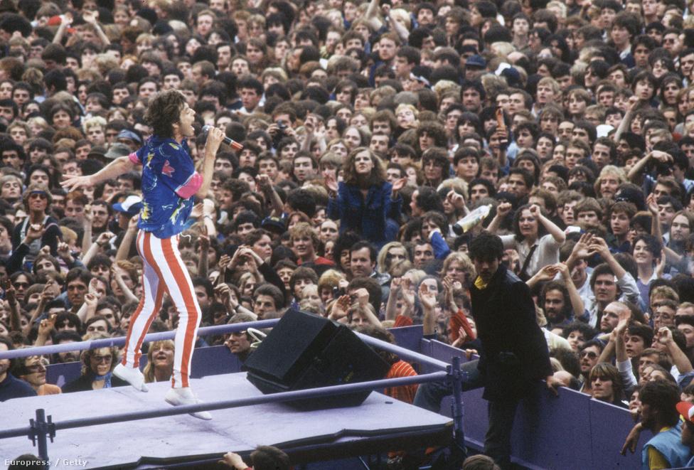 Mick Jagger 1982-ben. Ebben az időben az énekes már erősen gondolkozott a szólókarrieren, bár csak három évvel később jelent meg az első önálló lemeze. Ugyan később még követte pár, de nem nagyon erőltette, látva, hogy a Rolling Stonesszal sokkal több embert őrjít meg.