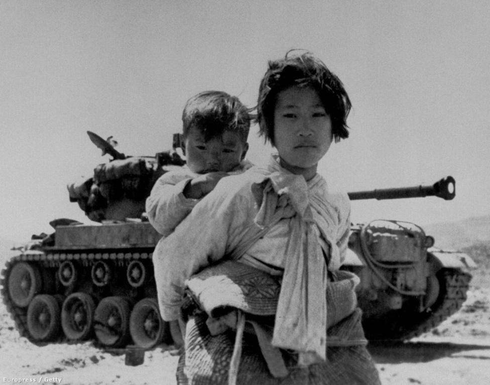 Ikonikus fotó a háború okozta szenvedésekről: egy koreai lány, a csecsemőkorú öccse, és egy M26-os harckocsi.