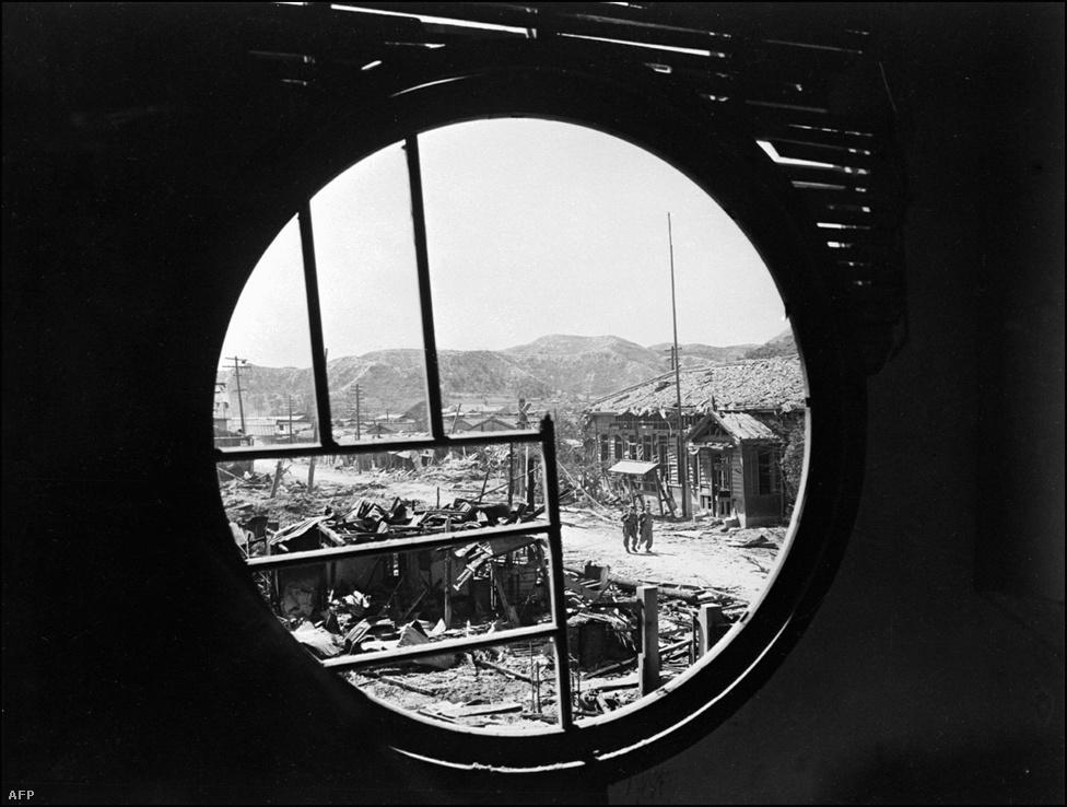 Pohang városának romjai. Az apró kikötöváros stratégiai fontosságú helyen fekszik, többször összecsaptak itt az északi és déli seregek 1950 őszén.